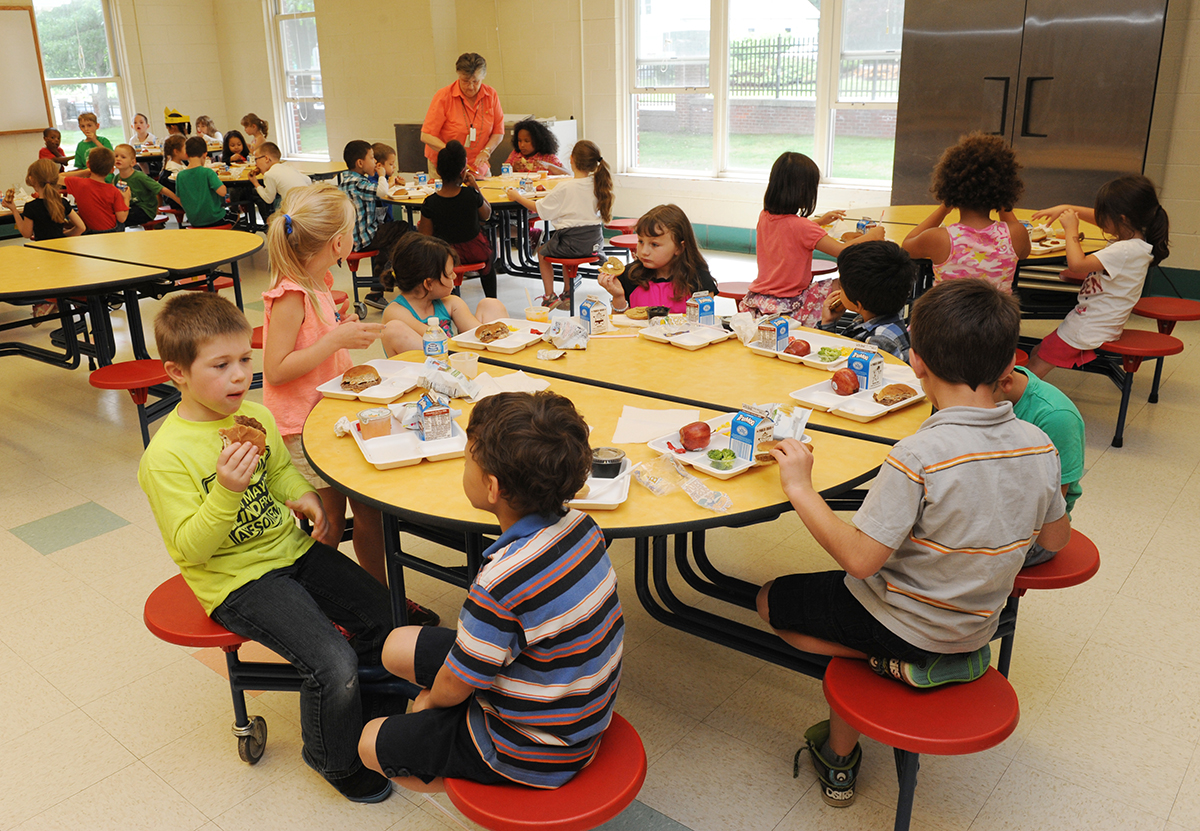 Picture of Newton Students Eating Lunch
